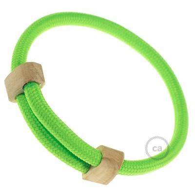 Creative-Bracelet i fluorgrönt viskos RF06. Skjutbar fästanordning i trä. Tillverkad i Italien.