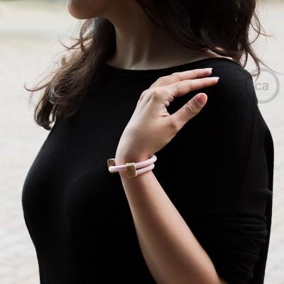 Creative-Bracelet i ljusrosa viskos RM16. Skjutbar fästanordning i trä. Tillverkad i Italien.