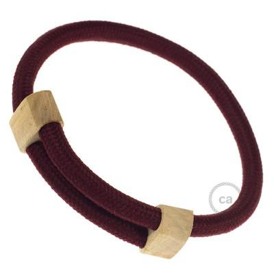Creative-Bracelet i vinröd viskos RM19. Skjutbar fästanordning i trä. Tillverkad i Italien.